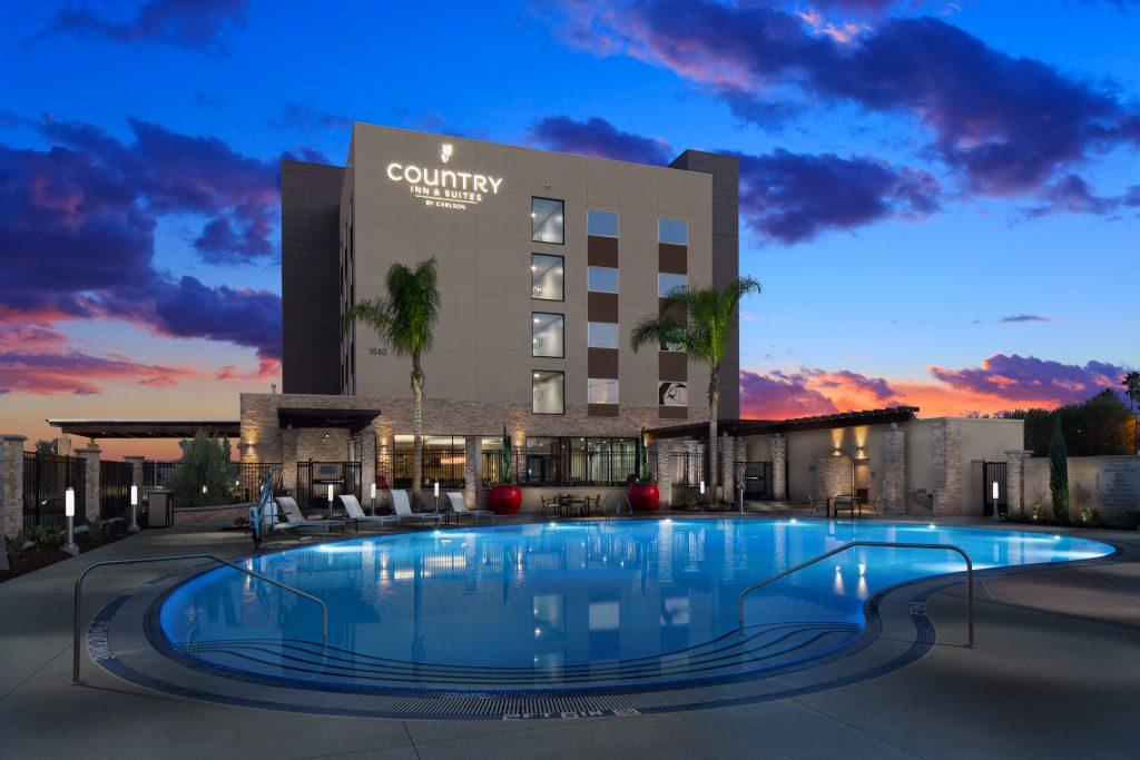 anaheim-pool-country-inn-suites